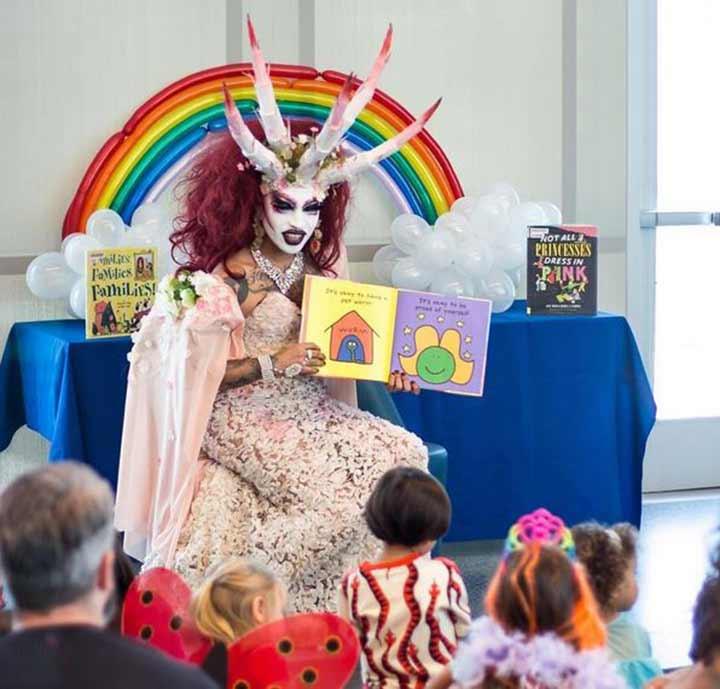 Vestido de demonio, una Drag queen predica a los niños