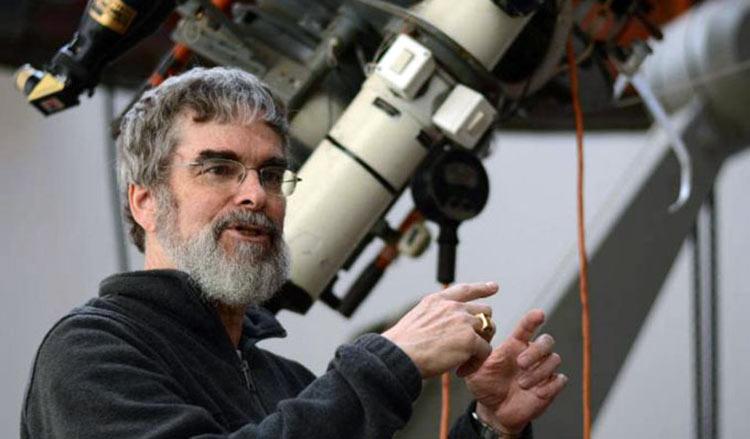 NASA: Astrónomo revela que los científicos van a la iglesia en secreto