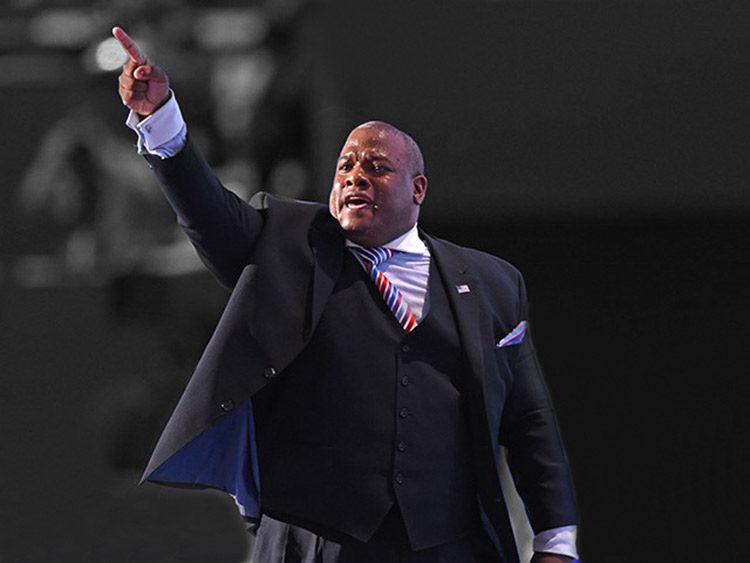 Pastor negro golpea a Trump – por su bien