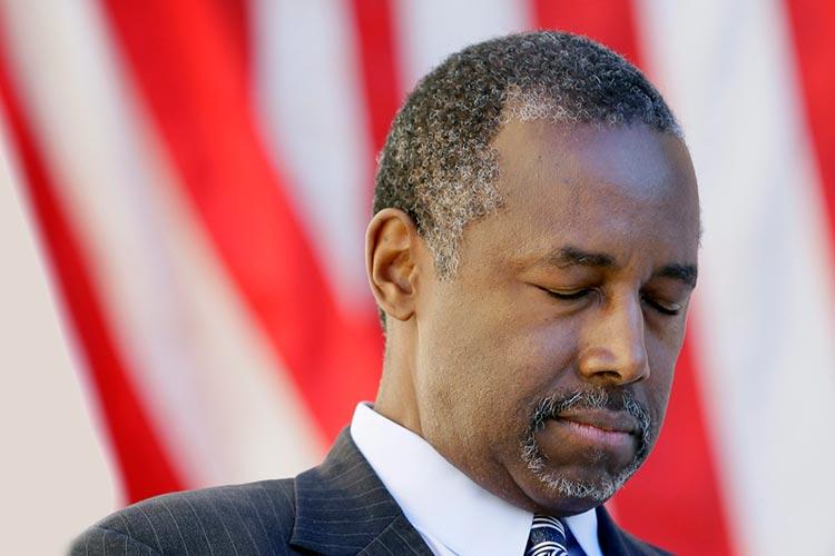 Ben Carson ora por el Gobierno de Estados Unidos a petición de Trump
