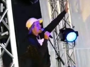 Justin Bieber en Coachella - sorprende adorando a Dios