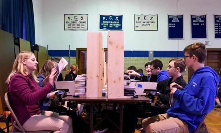 Estudiantes fabrican 25.000 Biblias para evangelizar